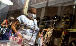 Covid-19: Brasil regista 697 mortes e volta a ultrapassar 50 mil novos casos diários