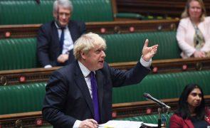 Covid-19: PM britânico tenta moderar expectativas sobre velocidade de vacinação