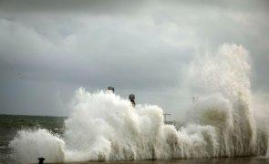 Lisboa e Leiria sob aviso vermelho na sexta-feira devido à agitação marítima