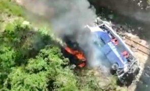 Queda de autocarro de viaduto no Brasil faz pelo menos 14 mortos