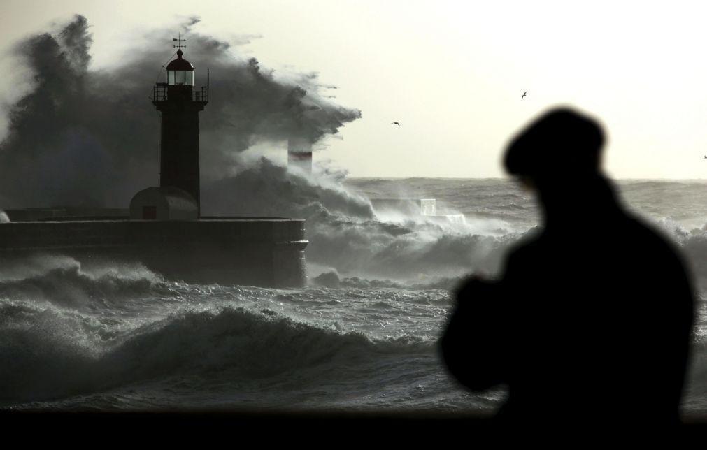 Nove barras fechadas à navegação devido à forte agitação marítima