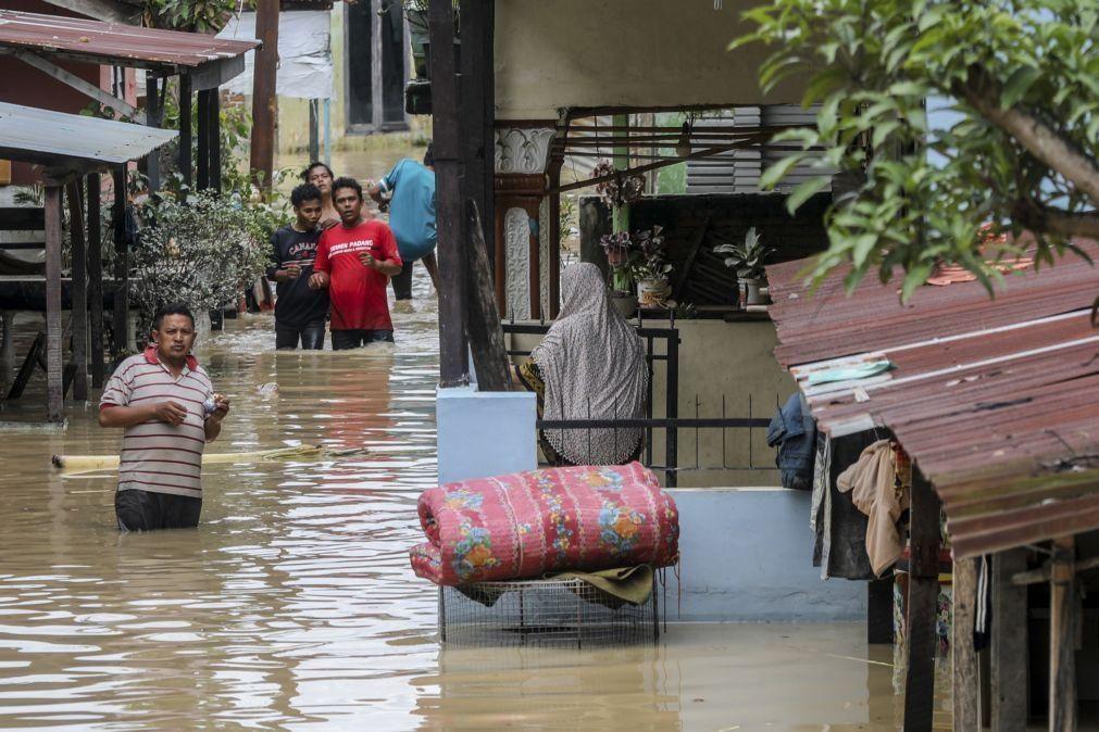 Pelo menos cinco mortos e 12.783 pessoas afetadas pelas inundações na Indonésia