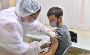 Covid-19: Moscovo começou a vacinar profissionais de risco