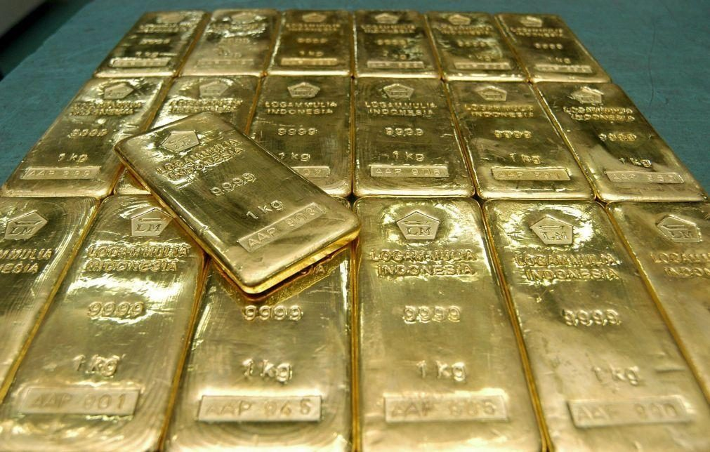 Ouro sobe 4% para 1.835 dólares por onça após atingir valor mínimo desde agosto