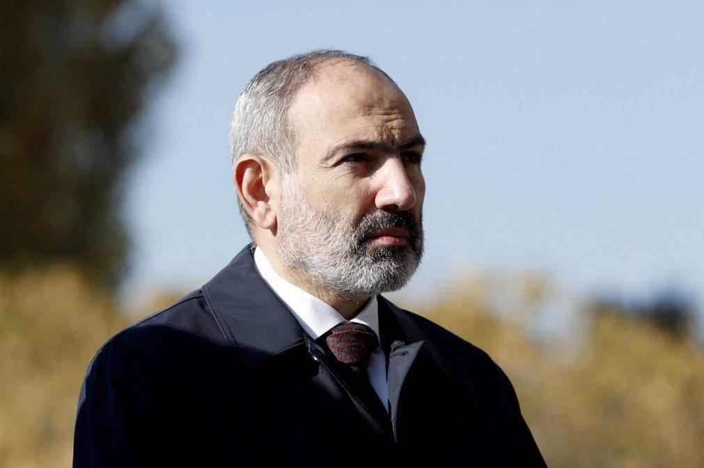 Dezenas de milhares manifestam-se pela renúncia do primeiro-ministro da Arménia