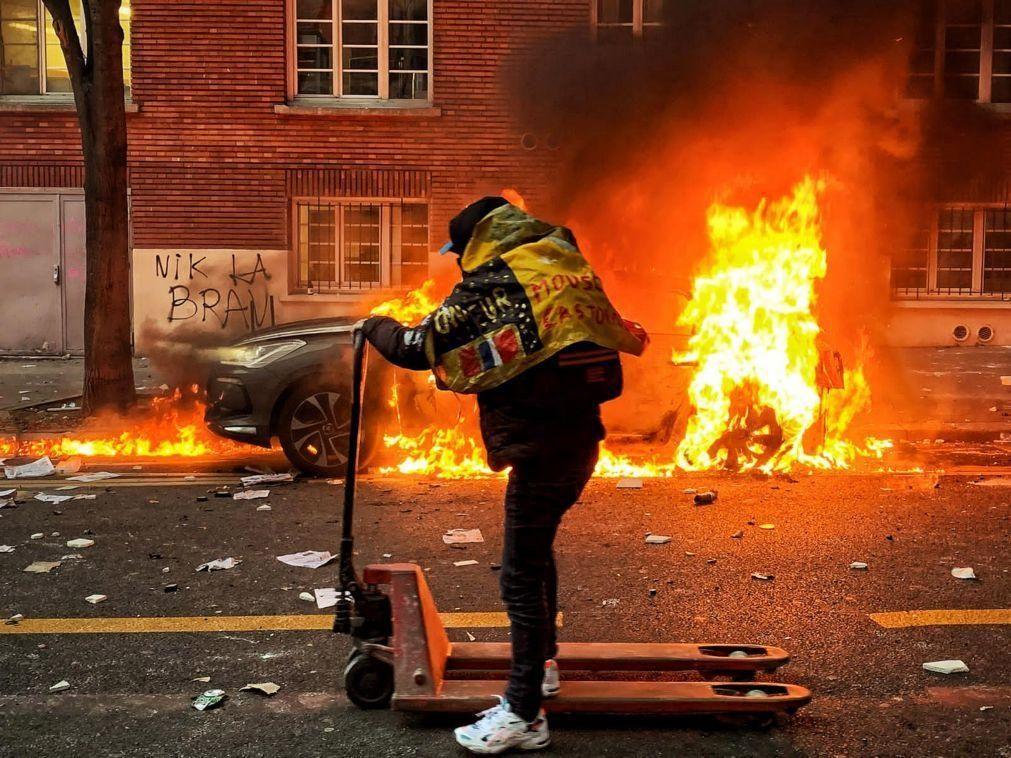Confrontos e atos de vandalismo marcam manifestação contra projeto-lei polémico em Paris