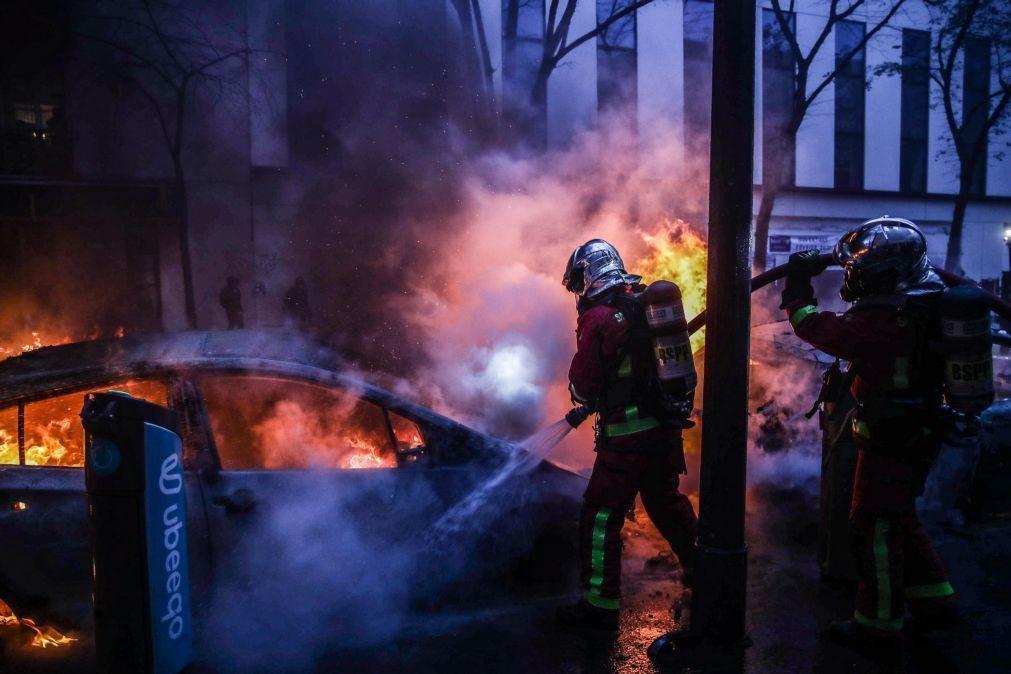 Ministro francês do Interior acusa manifestantes de destruírem a República