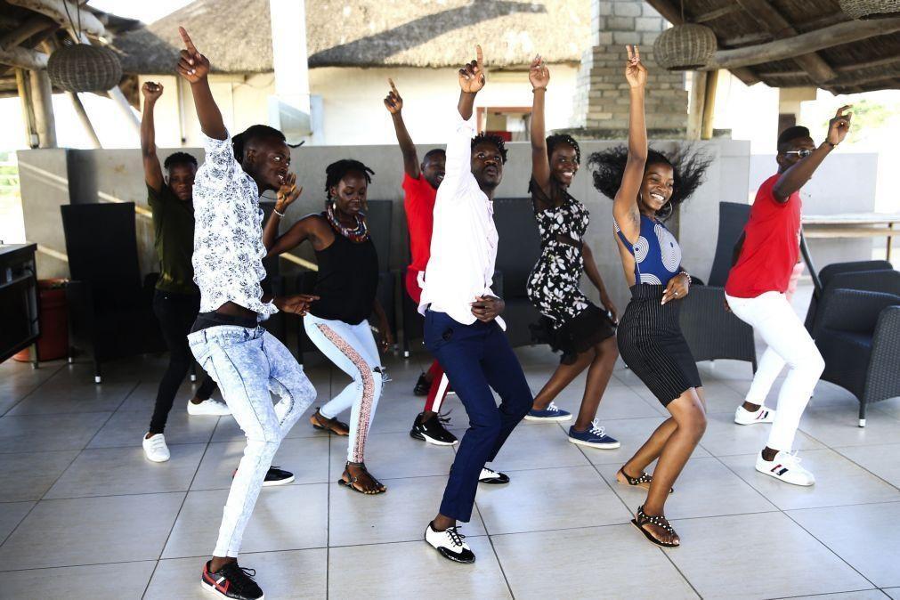 Covid-19: Um prato de comida na mão e uma dança angolana que pôs o mundo a mexer