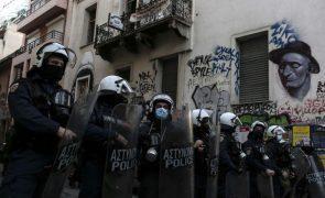 Covid-19: Polícia detém 100 pessoas em Atenas que homenageavam jovem morto em 2008