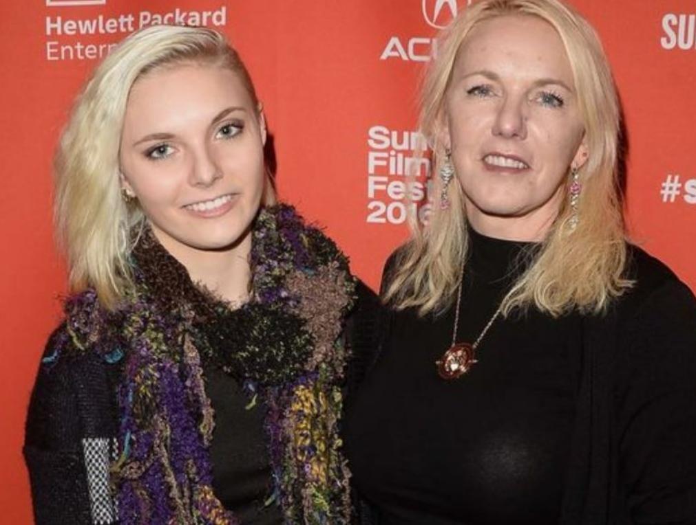 Mãe de estrela da Netflix mata-se após suicídio da filha