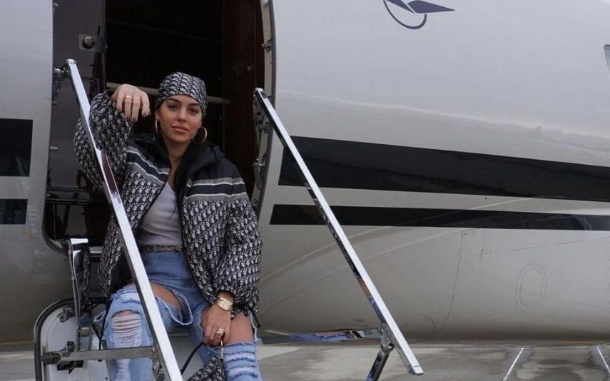 Georgina Viaja em avião de luxo e aposta tudo em look de quase 8000 euros [Fotos]