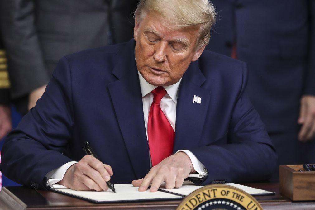 Covid-19: Trump assina decreto a dar prioridade às vacinas para EUA antes de exportação