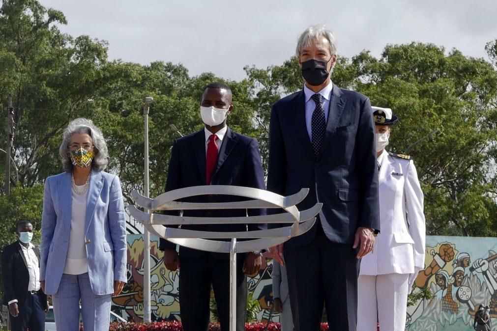Ministro da Defesa inicia visita a Moçambique no monumento dos Heróis Nacionais
