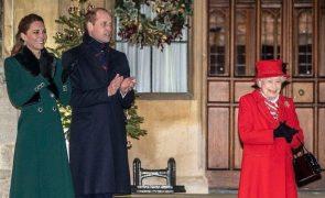 William e Kate encontram-se com Isabel II para terminar viagem no Royal Train