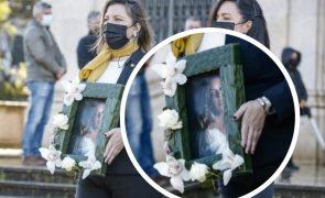 As primeiras imagens de dor e emoção no funeral de Sara Carreira