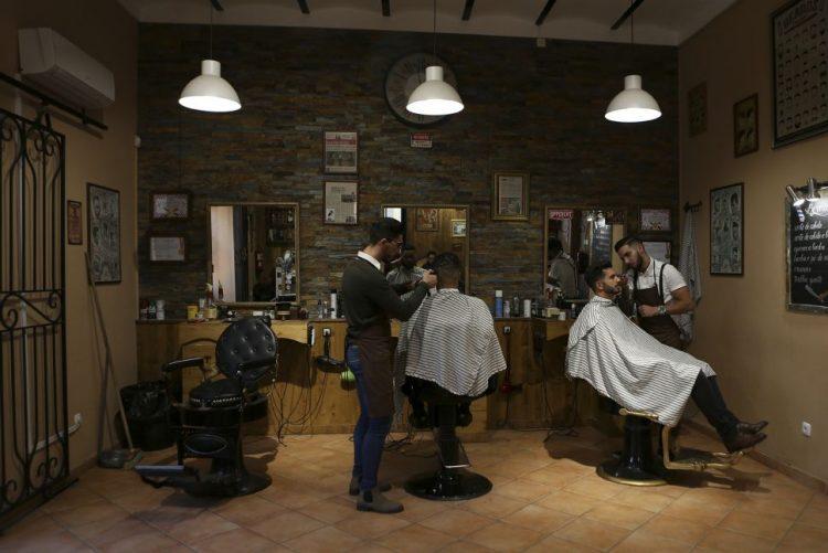 Nova geração faz renascer barbearias à moda antiga no Algarve