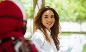 Rania da Jordânia assinala Natal com retrato inédito da família