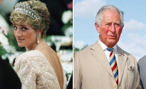 Foi há 28 anos que a princesa Diana e o príncipe Carlos se divorciaram