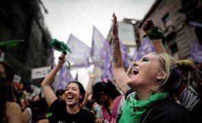 Câmara baixa da Argentina aprova legalização do aborto que passa ao Senado