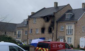 Casa em chamas provoca a morte de duas crianças