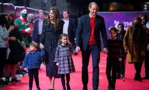William E Kate Levam os três filhos ao teatro. E como estão crescidos!