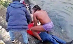 Despe-se e atira-se ao rio Tejo para salvar homem de se afogar [vídeo]