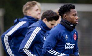 Jogador do Ajax detido por suspeita de esfaqueamento de um familiar