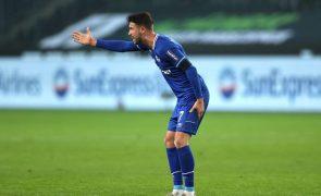 Mark Uth ficou inconsciente no jogo do Schalke e recupera de