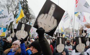 Covid-19: Dezenas de feridos em confrontos com polícia devido a restrições em Kiev