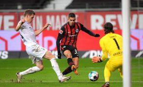 André Silva 'bisa' e assiste, mas Eintracht cede empate nos descontos