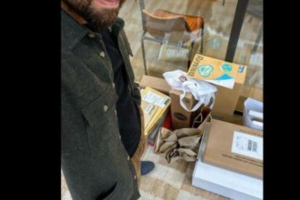 João Manzarra mostra excesso de presentes que recebeu e faz apelo