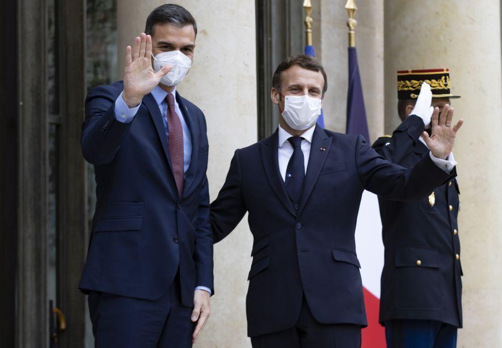Covid-19: PM espanhol de quarentena após ter estado com PR francês que testou positivo
