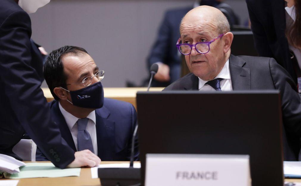 França anuncia mudança estratégica na ajuda aos países africanos