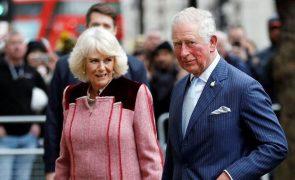 Os pormenores do postal de Natal do príncipe Carlos e Camilla que os fãs adoraram
