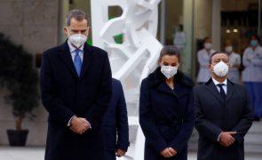 Covid-19: Protestos marcam homenagem dos Reis de Espanha ao pessoal de saúde