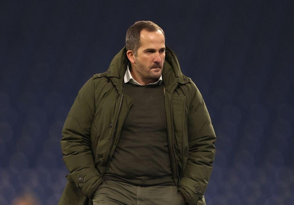 Schalke 04 despede treinador Manuel Baum e faz regressar Huub Stevens