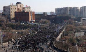 Nagorno-Karabakh: Milhares de arménios prestam homenagem às vítimas do conflito