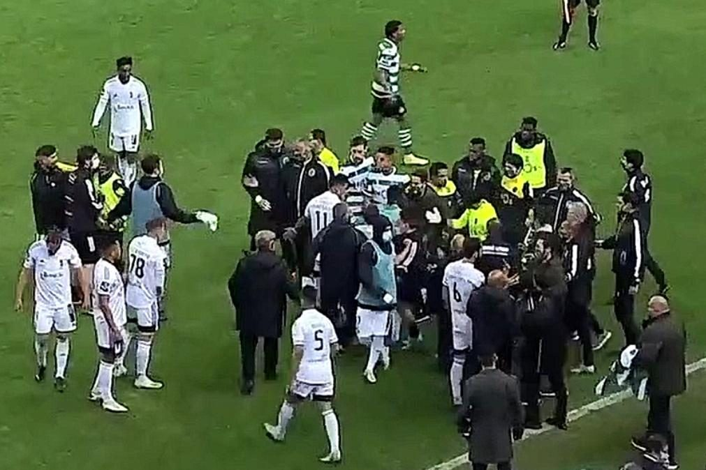 Confusão nos bancos após vitória polémica do Sporting sobre o Farense [veja o momento]