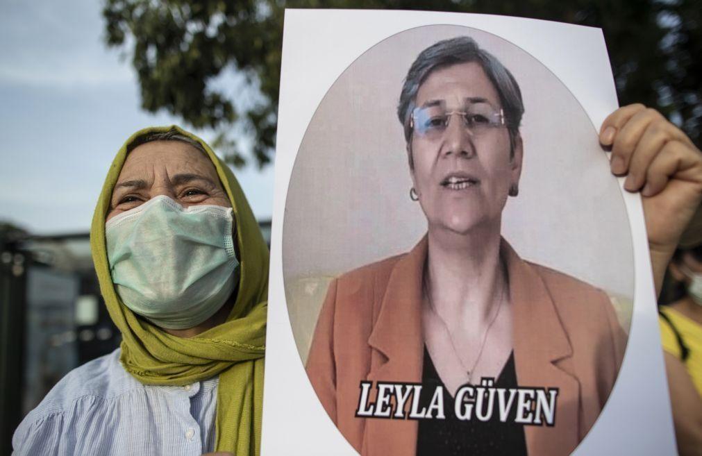 Tribunal turco condena ex-deputada curda a 22 anos de prisão