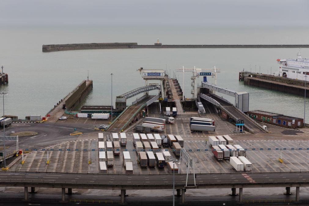Exército britânico ajuda a testar camionistas parados em Dover