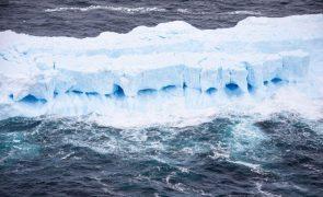 Iceberg A-68A em possível rota de colisão com ilha está a partir-se e a mudar de forma