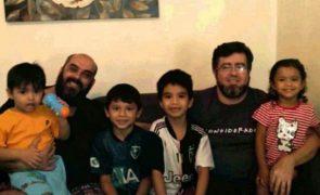 Irmãos adotados por dois pais passam primeiro Natal em família