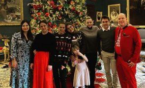 Alberto do Mónaco diverte a família com traje natalício peculiar