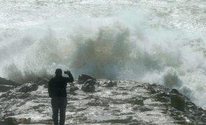 Sete distritos sob aviso laranja a partir de segunda-feira por agitação marítima