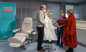 Covid-19: Arranque da vacinação por profissionais foi