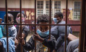 Covid-19: África do Sul atinge um milhão de infeções e enfrenta nova variante