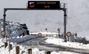 Estradas na Serra da Estrela fechadas devido à neve