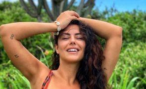 Sofia Ribeiro exibe excelente forma física em destino paradisíaco