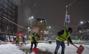 Neve no norte de Itália provoca um morto e obriga a cancelar comboios e fechar estradas