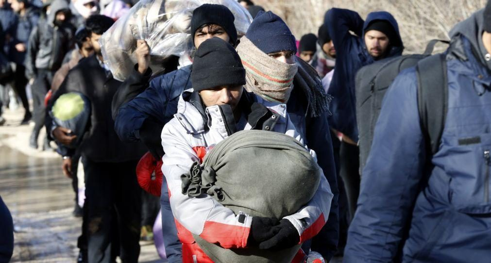 Migrações: Centenas passam a noite em autocarros na Bósnia